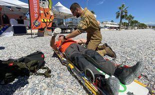 Sylvain, plongeur hélicoptère simule un sauvetage en mer avec Mario, membre de la SNSM du Cros-de-Cagnes