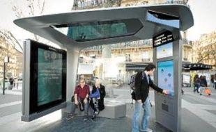 Les Parisiens peuvent essayer un Abribus intelligent sur la place de la Bastille.
