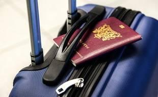 La valise et le passeport d'un vacancier.