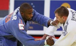 France's Teddy Riner (L) challenges Russia's Maxim Bryanov in their over 100 kg quarter-final at the Paris International Grand Slam judo tournament February 8, 2009. Riner won the fight. REUTER/Charles Platiau (FRANCE)