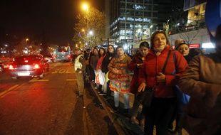 Des Chiliens descendent dans la rue à Santiago après un fort séisme, le 16 septembre 2015.