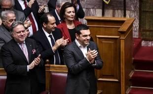 Le Premier ministre grec, Alexis Tsipras, applaudit le vote de l'accord de Prespa au parlement grec le 25 janvier 2019, qui met un terme à une dispute de 27 ans avec le voisin macédonien.