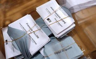 Le vote des adhérents pour désigner un nouveau président à l'UMP a tourné à la foire d'empoigne dimanche, Jean-François Copé et François Fillon revendiquant chacun la victoire tandis que la commission interne chargée de valider le scrutin s'est dit dans la nuit incapable d'annoncer qui avait gagné.