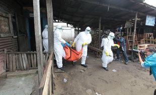 Des médecins évacuent un patient mort du virus Ebola à Monrovia au Liberia.