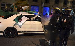 Des supporters algériens fête la qualification de leur sélection pour les 8es de finale de la Coupe du monde, le 26 juin 2014 à Lyon. AFP PHOTO / JEAN-PHILIPPE KSIAZEK