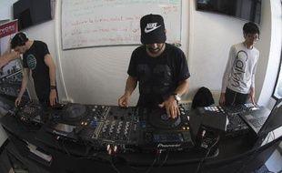 Des apprentis DJ dans un centre de formation du réseau DJ Network, première école du genre reconnue par l'Etat, le 4 juin à Paris 2015