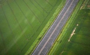 Photo aérienne d'une autoroute française vide. Illustration.