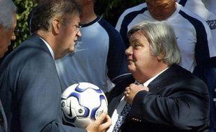 Louis Nicollin, président du Montpellier Hérault Sport Club (à droite),  s'entretient avec le maire de Montpellier Georges Frêche, le 18  septembre 2003.