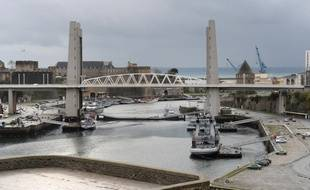Vue du pont de Recouvrance à Brest, qui domine l'arsenal et le port militaire.