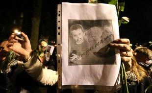 Reims, le 30 novembre 2016. Une femme brandit une photo du petit Tony lors d'une marche blanche organisée quatre jours après sa mort.