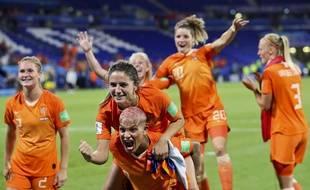 Notamment conduites par la Lyonnaise Shanice van de Sanden, la sélection néerlandaise a fêté sa qualification devant son virage de supporters, mercredi soir au Parc OL.