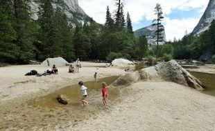 Des enfants jouent sur le Lac Miroir, normalement sous l'eau, au parc national Yosemite le 4 juin 2015