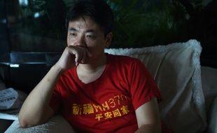 Jiang Hui, le fils d'une passagère du MH370, devant sa télévision le 30 juillet 2015 à Pékin