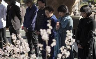 Le Japon a observé une minute de silence en mémoire de la triple catastrophe qui a fait près de 18.500 morts ou disparus le 11 mars 2011