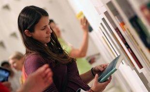 Une jeune femme sur un stand de la Foire du livre de Francfort