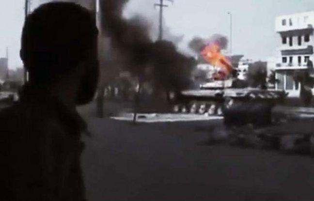Un combattant de l'armée syrienne libre (ASL) fait face à un char, à Alep, le 23 juillet 2012