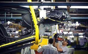 Les immatriculations de voitures neuves en France ont chuté de 16,1% en mai, en données brutes, avec 165.776 unités vendues, le groupe PSA Peugeot Citroën accusant un plongeon de 28,5%, a indiqué vendredi le Comité des constructeurs français d'automobiles (CCFA).