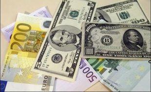 """L'euro a atteint un nouveau plus haut depuis mars 2005 face au dollar jeudi matin, au lendemain de minutes de la Fed pourtant """"haussières"""" en termes de politique monétaires, et continuait de battre record sur record contre le yen et le franc suisse."""
