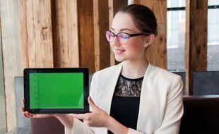 Une jeune fille portant ses lunettes devant sa tablette. Selon le baromètre 2019 de la santé visuelle de l'Asnav, 15% des jeunes de 16-24 ans n'ont jamais consulté un ophtalmologue.