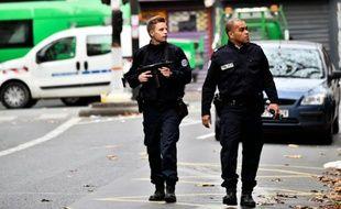 Des policiers patrouillent rue de Charonne le 14 novembre 2015