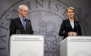 Au moment où il prend la tête de l'Union européenne, le Danemark se retrouve écartelé entre son refus d'adhérer à un euro plus impopulaire que jamais, et son souci de lui rester arrimé car sa prospérité en dépend et afin d'éviter une Europe à plusieurs vitesses.