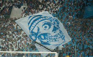 Un drapeau de l'OM au stade Vélodrome un soir de match.