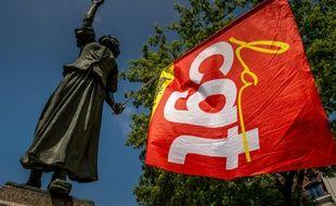 La statue de Jeanne Maillote tient un drapeau de la CGT devant le palais de justice de Lille, le 9 juin 2016