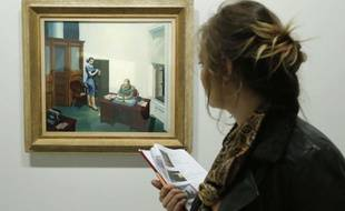 Une femme devant «Office at night» (1940) à la rétrospective d'Edward Hopper au Grand Palais, le 8 octobre 2012.