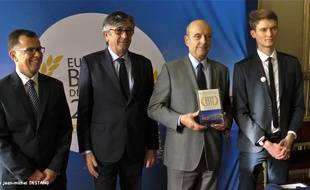 La remise du trophée d'European Best destination 2015 à la ville de Bordeaux