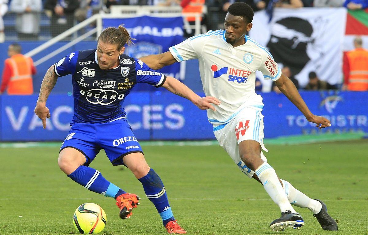 Abou Diaby à la lutte avec Mehdi Mostefa à Bastia le 3 avril 2016 – PASCAL POCHARD-CASABIANCA / AFP