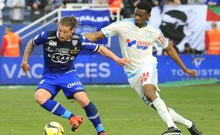 Abou Diaby à la lutte avec Mehdi Mostefa à Bastia le 3 avril 2016