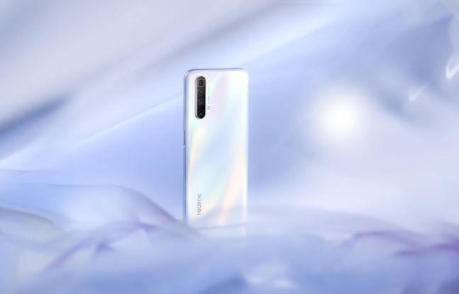 Le Realme 3X Super Zoom dans sa robe blanc nacré.