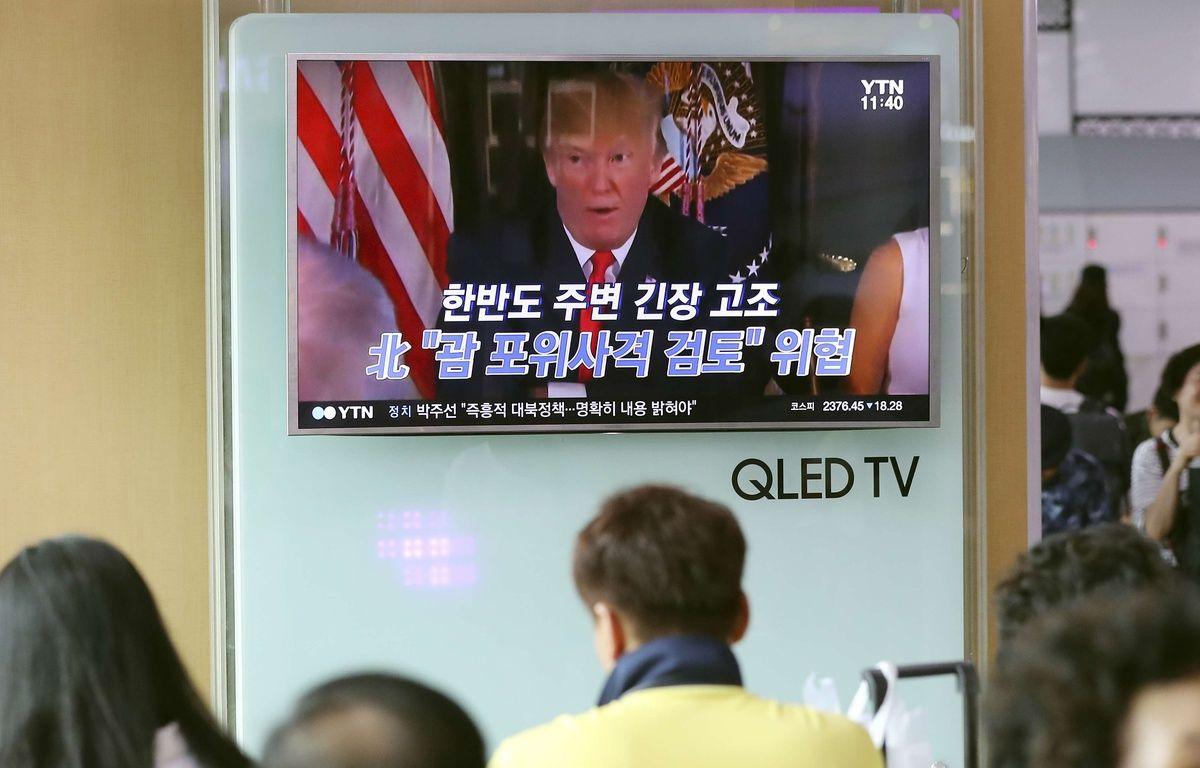"""Des Sud-coréens regardent le président américain Donoald Trump à la télévision, le 9 août 2017 à Séoul. La Corée du Nord a averti ce jour-là qu'elle pourrait tirer des missiles près de l'île américaine de Guam, alors que Donald Trump a promis au régime nord-coréen """"le feu et la colère"""" . – Lee Jin-man/AP/SIPA"""