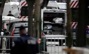 Des corps sont évacués en ambulance du Bataclan le 14 novembre 2015 à Paris