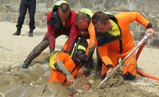 La lance de désensablement envoie de l'eau dans le sable afin de le liquéfier, permettant aux pompiers de dégager rapidement la victime.