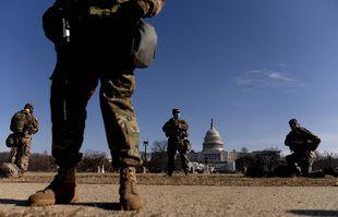 Des membres armés de la Garde nationale montent la garde devant le bâtiment du Capitole sur Capitol Hill à Washington, le 14 janvier 2021.