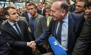 Le 10 mars 2017, Emmanuel Macron, en pleine campagne présidentielle, salue Pierre Gattaz lors des Olympiades des métiers qui se tiennent à Bordeaux.