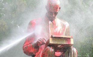 """La statue d'un célèbre journaliste italien a été aspergée de peinture rouge par des inconnus l'accusant de """"racisme""""."""