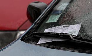 Une contravention sur une voiture à Paris.
