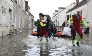 Des sauveteurs évacuent des résidents à Souppes-sur-Loing, le 1er juin.