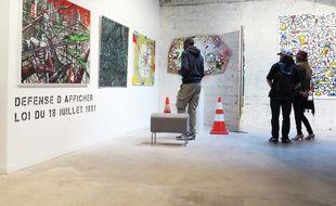 L'exposition reproduit le décor urbain au sein même de la galerie.