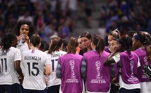 L'équipe de France, en pleine discussion lors du match contre le Brésil.