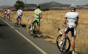 Ces coureurs ont-ils été verbalisés pour cette pause pipi sur la 17e étape du tour d'Espagne, le 16 septembre 2009 ? (Illustration)