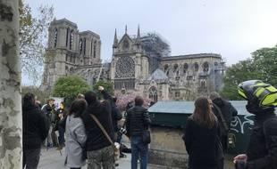 De nombreux passants sont venus prendre des photos, se recueillir ou simplement voir de leur propres yeux Notre-Dame de Pars au lendemain matin de l'incendie