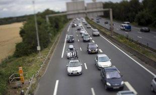 Un poids lourd a percuté dans la nuit de samedi à dimanche, sur l'A6, à hauteur de la commune d'Arnas (Rhône), une voiture qui stationnait sur une bande d'arrêt d'urgence, l'accident provoquant l'embrasement des véhicules et faisant deux morts, a-t-on appris auprès des gendarmes et des pompiers.