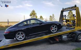 La voiture en question, une Porsche, a été immobilisée.