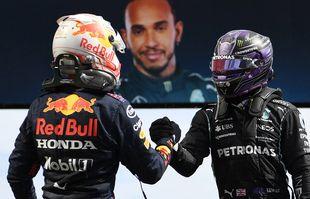 Le pilote néerlandais Max Verstappen (Red Bull) et le pilote britannique Lewis Hamilton (Mercedes-AMG Petronas) après le Grand Prix de Formule 1 du Portugal sur le circuit international de l'Algarve près de Portimao, le dimanche 2 mai 2021.