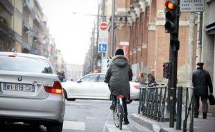 Une cycliste à Toulouse.