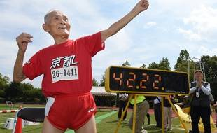 Hidekichi Miyazaki imite la pose d'Usain Bolt après avoir battu le reord du 100m des plus de 105 ans lors de la Kyoto Masters Autumn Competiton, le 23 septembre 2015.