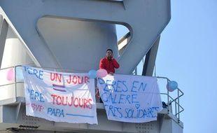 Nicolas Moreno, membre de l'association «SVPPapa», est retranché dans une grue Titan sur les chantiers navals de Nantes, le 16 février 2013.